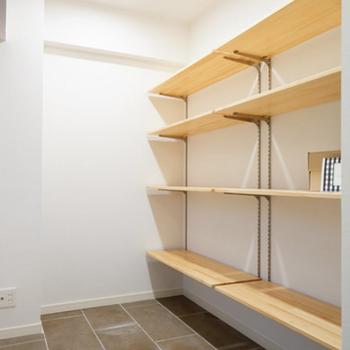 玄関土間】靴箱となる可動棚、実際は板が斜めと傾斜式の仕様になります