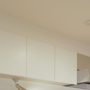 キッチン収納】キッチンの背面には幅750mmの吊り戸が設置されます