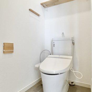 トイレの小物も木製の物にチェンジしてます。