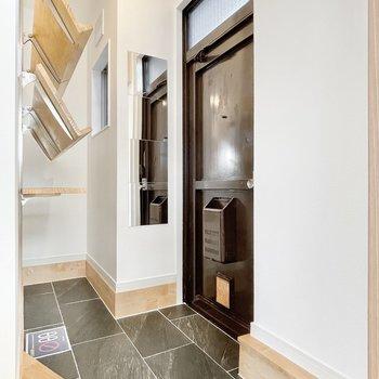 玄関は高級感のある土間使用、コンパクトですが開放的