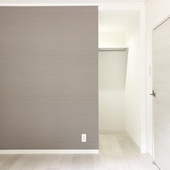 【洋室】ブラウンの壁の前には植物やアートパネルが似合いそう。