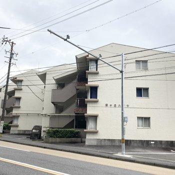 3階建てのマンション。