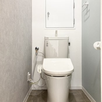 手前の扉を開けるとトイレ。シャワー機能つき◎