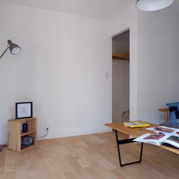 【洋室】右奥のスペースは……。※写真は2階の同間取り別部屋のものです
