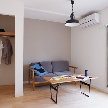【洋室】洋室にも落ち着いた色のクロスが広がります。※写真は2階の同間取り別部屋のものです