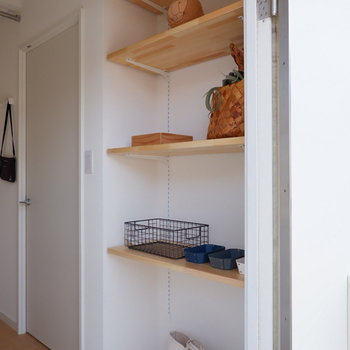 可動棚に靴やお気に入りの小物を置きたいなあ。※写真は2階の同間取り別部屋のものです
