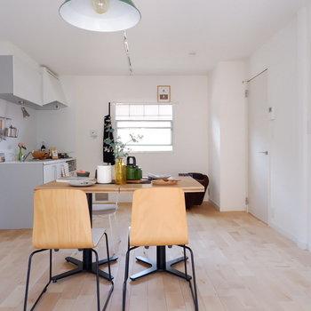 【LDK】キッチン横にも窓があり光が入ってきます。※写真は2階の同間取り別部屋のものです