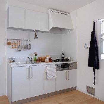 【LDK】収納量も多めなシステムキッチン。※小物はつきません ※写真は2階の同間取り別部屋のものです