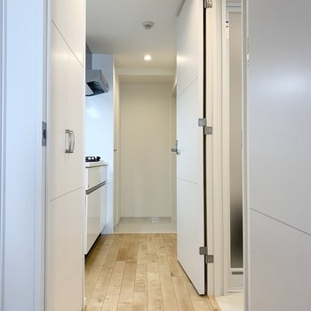水回りのドアが180°開きます。 ※写真は6階の反転間取り別部屋のもの