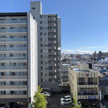 眺望はお向かい様と抜けた空。 ※写真は6階の反転間取り別部屋のもの