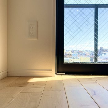 個人的にこのくらいの視点が床も外の景色もgoodです。 ※写真は6階の反転間取り別部屋のもの
