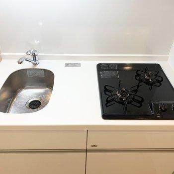 コンパクトながら2口コンロと調理スペースもあるのが嬉しい。 ※写真は6階の反転間取り別部屋のもの