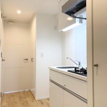キッチンは玄関すぐのこちらに。奥に冷蔵庫スペースもあります。 ※写真は6階の反転間取り別部屋のもの