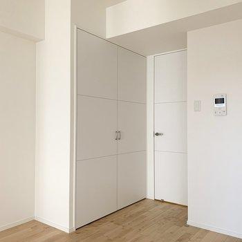 収納はお部屋に入ってすぐ。 ※写真は6階の反転間取り別部屋のもの