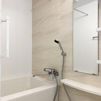 お風呂は浴室乾燥機付き。 ※写真は6階の反転間取り別部屋のもの