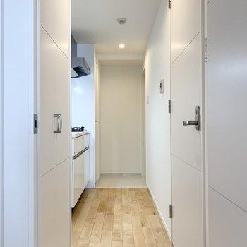 キッチンと水回りを見てみましょう。 ※写真は6階の反転間取り別部屋のもの