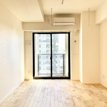 無垢フローリングのお部屋です。 ※写真は6階の反転間取り別部屋のもの