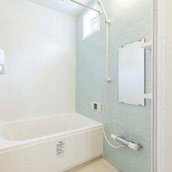 浴室乾燥機付きのお風呂はブルーのパネルが爽やか。