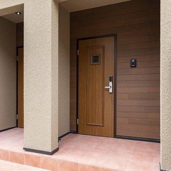 玄関扉は重厚で、高級感があります。