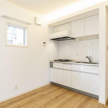 ホワイトのキッチンが空間に馴染みます。2口コンロにグリル付きで使い勝手も◎
