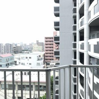 斜め前がマンションだけど眺めは遮られません(※写真は6階の別部屋からのものです)