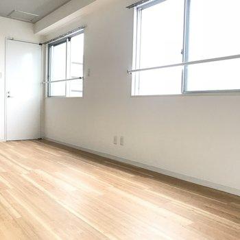 窓に囲まれたお部屋ですよ(※写真は6階の同間取り別部屋のものです)