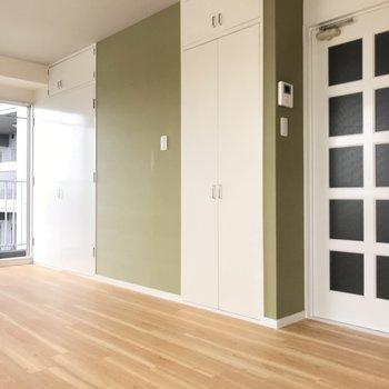 このモスグリーンの壁が可愛い◯(※写真は6階の同間取り別部屋のものです)