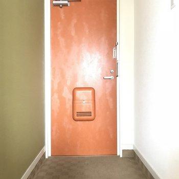 玄関!シューズボックは手前にありますよ(※写真は6階の同間取り別部屋のものです)