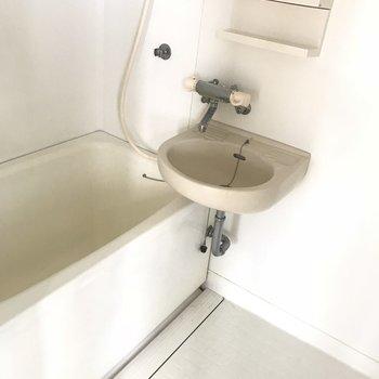 お風呂は2点ユニット。サーモ水栓なのがいいなぁ(※写真は6階の同間取り別部屋のものです)