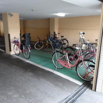 駐輪場は屋根付きで安心◯