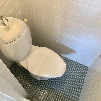 タイルでお掃除しやすいトイレです。