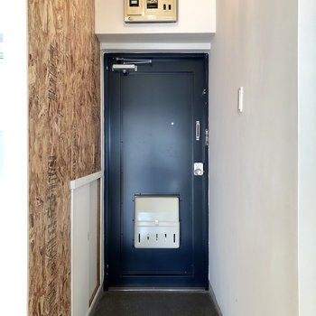 壁とネイビーの扉がいい組み合わせ。