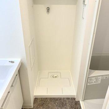 洗濯機置場はこちら、上に棚もあります。