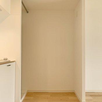 冷蔵庫は洗濯機置き場正面に置きましょう!その横にシェルフなどでカウンターつくるのも◎