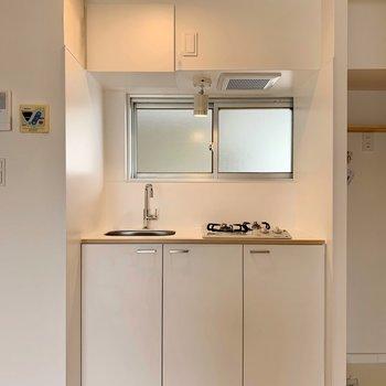 キッチンはtomosオリジナルの2口ガスタイプ。(※リノベーション済みの別部屋のものです)