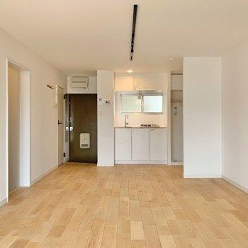 玄関のすぐ横にキッチンがある間取り◎(※リノベーション済みの別部屋のものです)