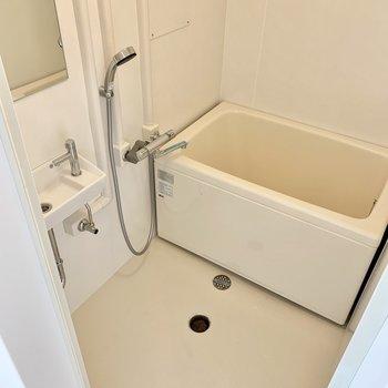 お風呂は既存をリニューアルし、水栓交換なども行いました。(※リノベーション済みの別部屋のものです)