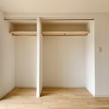 収納は広々のオープンクローゼット!大容量で季節家電などもしまえそうです。(※リノベーション済みの別部屋のものです)