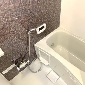 浴室のモザイクタイル調な壁が上品な雰囲気。
