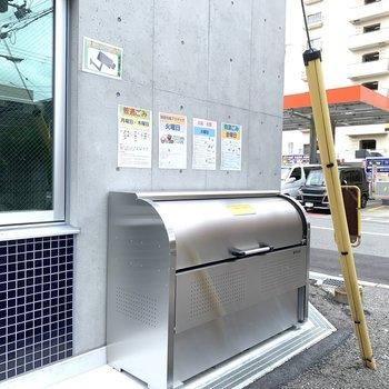 ゴミは建物左手へ。