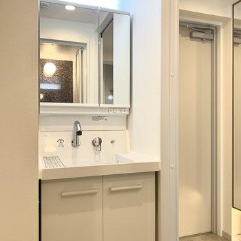 メイク時も安心の大きな鏡付きの洗面台です。