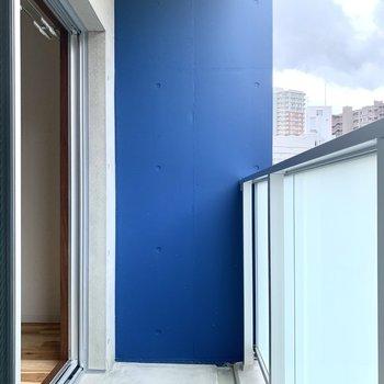 青い壁が目印の階です!