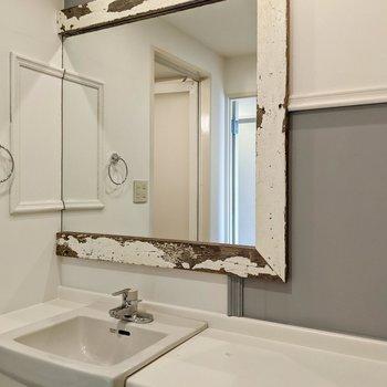 古材が使われた鏡がおしゃれ。