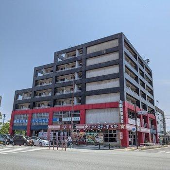 大通り沿いの建物です。飲食店やクリニックなどが入っています。