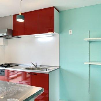 隣に冷蔵庫置き場、その横に稼働棚も。