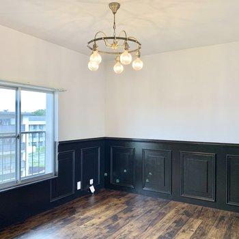 黒の腰壁や、ビンテージ感のある床材がシックで素敵!