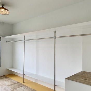 壁一面のオープンクローゼット。たくさんの洋服を掛けて収納できますよ。