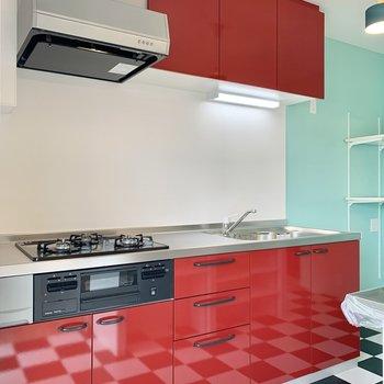 ツヤツヤのキッチンに映るチェッカー柄もなんとも素敵。