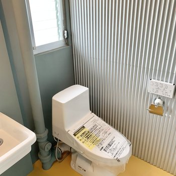 トイレはここに。すぐ横の洗面でしっかり手を洗えます。