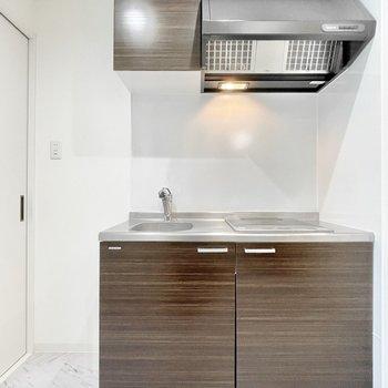 キッチンは木目調がアクセントのモダンな雰囲気。(※写真は3階の同間取り別部屋のものです)